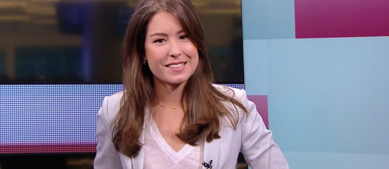 Amber Brantsen achter de desk tijdens eerste uitzending