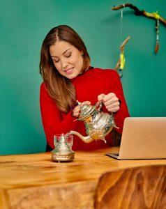 Amber voor Vriendin (2017) schenkt thee in