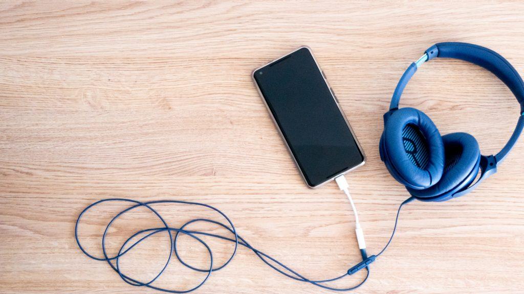 Koptelefoon en Pixel 2XL podcasts luisteren