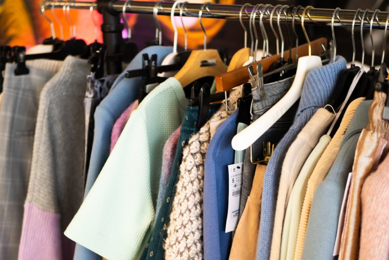 Fotoshoot Flair 8 augustus 2018 kleding aan het rek