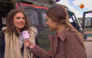 In gesprek met zangeres Maan in Zwolle bij de helikopter