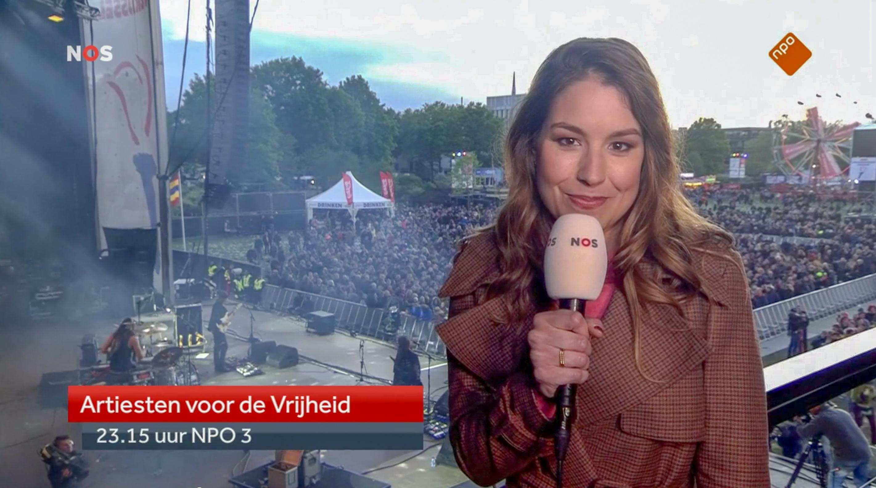 Amber Brantsen Artiesten voor de Vrijheid NPO 3 standupper vanaf het balkon boven het podium in Zwolle