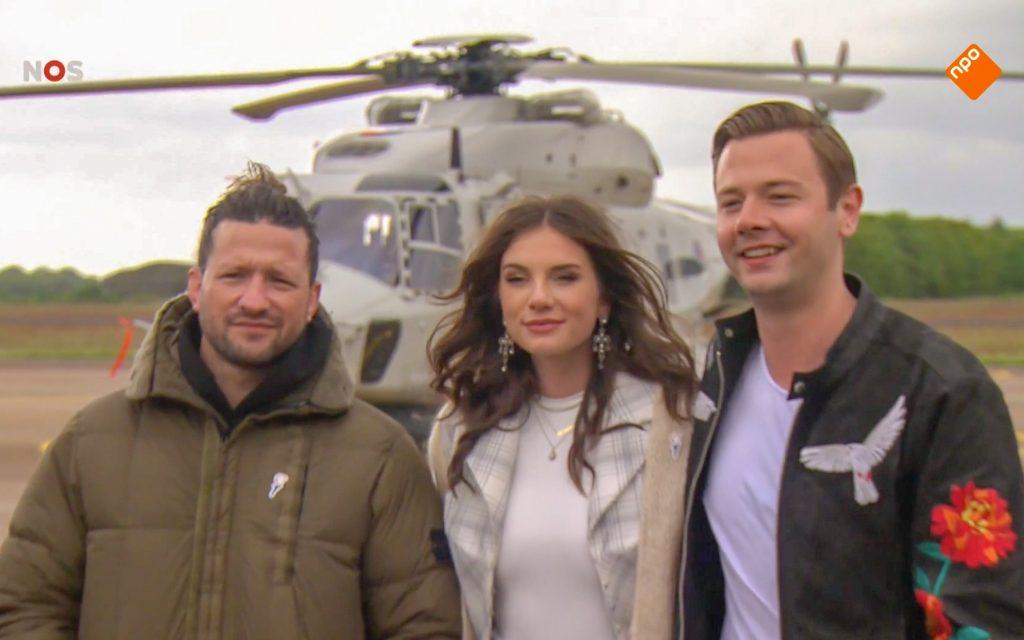 De drie Ambassadeurs van de Vrijheid op vliegbasis Gilze Rijen voor een helikopter