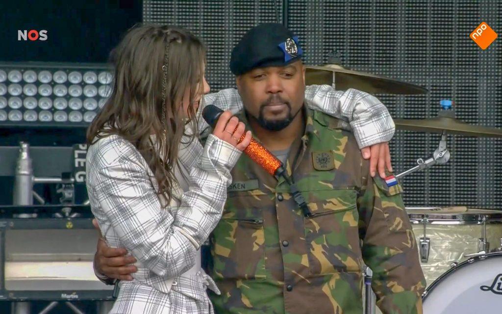 Zangeres Maan met Afghanistan-veteraan Dayrohn Wiesken op het podium in Zwolle