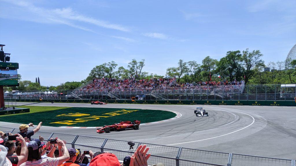 Hamilton jaagt op Vettel (pre-penalty). Leclerc erachter.